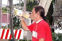 PITNÝ REŽIM. Jak je důležité ve vedrech dodržovat pitný režim, ví také lakýrník Jan Horvát (na snímku), kterého jsme zastihli při natírání školní budovy v Přimdě.