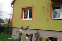 Velké saze poškodily fasádu domu rodiny Petra Ansla. Na snímku je Josef Ansl.