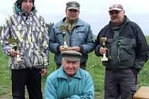 VÍTĚZE rybářské soutěže ocenil Rudolf Fatka poháry a hodnotnými dary.