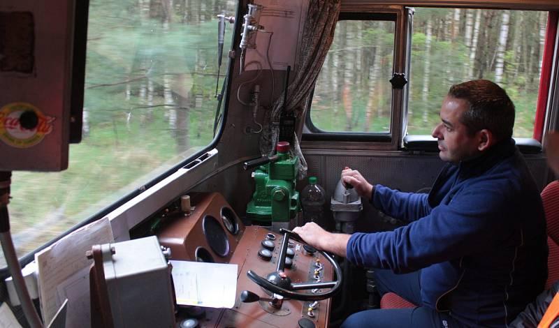 Ze zatěžkávací zkoušky viaduktu přes přehradu Hracholusky.