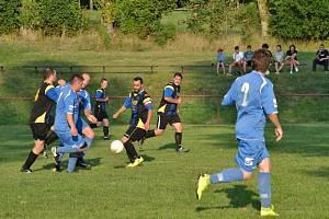 Fotbalisté Ctiboře (v modrém) minulý víkend doma prohráli s rezervou Bezdružic 0:2. Domácí v dalším kole nastoupí opět doma proti Zhoři, hosté budou hrát v Bernarticích.