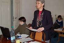 Alexandra Kasková z karlovarské projekční kanceláře při výkladu návrhu územního plánu Tachova.
