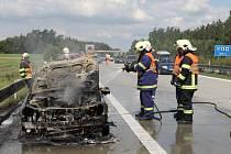 POŽÁR zachvátil v neděli dopoledne osobní automobil na 120. kilometru dálnice D5. Vůz byl ohěm zcela zničen.
