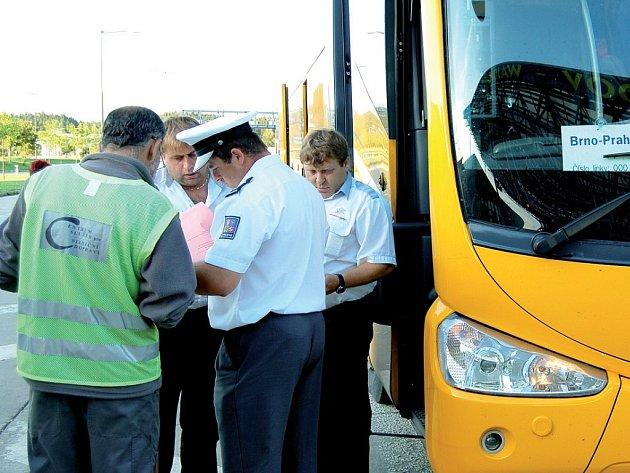 Celkem čtrnáct autobusů prověřili policisté, celníci a technici na hraničním přechodu v Rozvadově. Většina z nich, včetně posádky na snímku, měla dokumenty i vozidlo v pořádku.