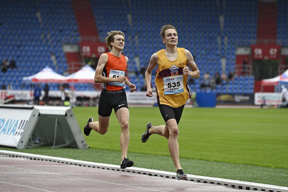 Štěpán Trávníček (vlevo) si na Mistrovství České republiky juniorů a dorostenců v Ostravě doběhl pro stříbro.