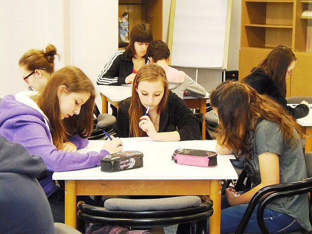 NAPĚTÍ A SOUSTŘEDĚNÍ se zračilo ve tvářích soutěžících, kteří prokazovali své znalosti v českém jazyce.