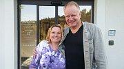 Slavná hollywoodská hvězda Stellan Skarsgard s paní Šimáčkovou, z jejíž ovesné kaše byli filmoví hosté v Konstantinových Lázních přímo nadšeni.