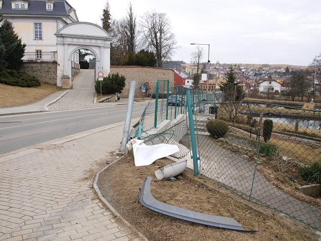 Opilý mladík projel po chodníku, srazil lampu, plot a ještě se odrazil zpět na silnici. Policisté mu naměřili 1,8 promile alkoholu