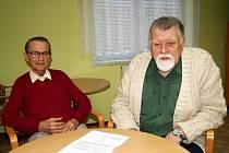 Jaroslav Hošek a Václav Trča (zleva) nám za obyvatele Domova pro seniory v Panenské ulici v Tachově tlumočili připomínky k odvolání ředitele Centra sociálních služeb Tachov.