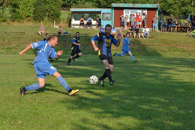 Vokresní fotbalové IV. třídě prohráli hráči TJ Ctiboř (modré dresy) srezervou Jiskry Bezdružice 0:2.