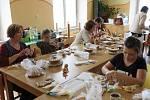 Ve stříbrském Domě dětí a mládeže si zájemci zdobili velikonoční perníky.