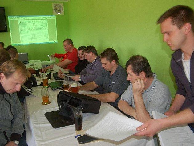 Fotbaloví rozhodčí tachovského okresu se v sobotu odpoledne sešli v Lomu u Tachova na jarním semináři.