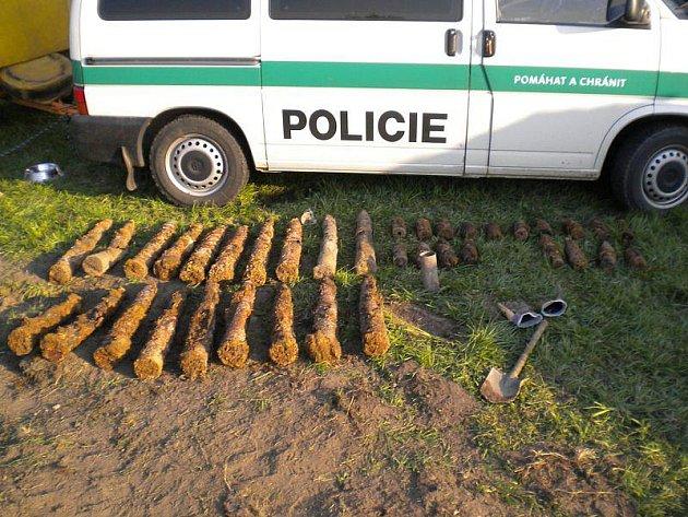 Skoro čtyřicet dělostřeleckých granátů se skrývalo v zemi kolem odpadní roury na frekventované křižovatce silnice první třídy u Plané. Funkční munici zneškodnil pyrotechnik.