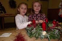 Karolína Havlíková a Elenka Košátková při výrobě vánočního věnce.