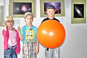 Na snímku je (zleva) Eliška Zpěváková (Země), Denis Chotěnovský (Měsíc) a Ondřej Honzík (Slunce).