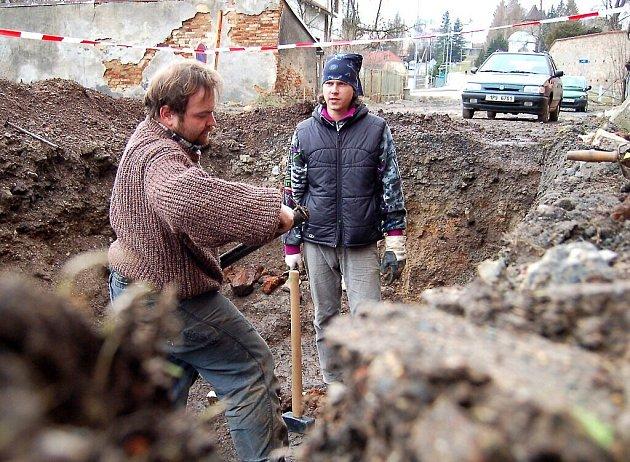 Úlomky keramiky a ohořelé zbytky stěn odhalují příčinu zániku domu v Pivovarské ulici. Budovu kdysi zachvátily plameny.