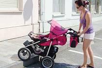 MAMINKA Alena Lipertová s šestiměsíční dcerou Emou. Vysoké obrubníky jsou pro  ženy s kočárky nepříjemnou překážkou, kterou musejí dnes a denně překonávat.