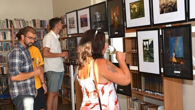 Návštěvníci vernisáže výstavy fotografií Jana Picky, která se uskutečnila v knihovně ve Stříbře.