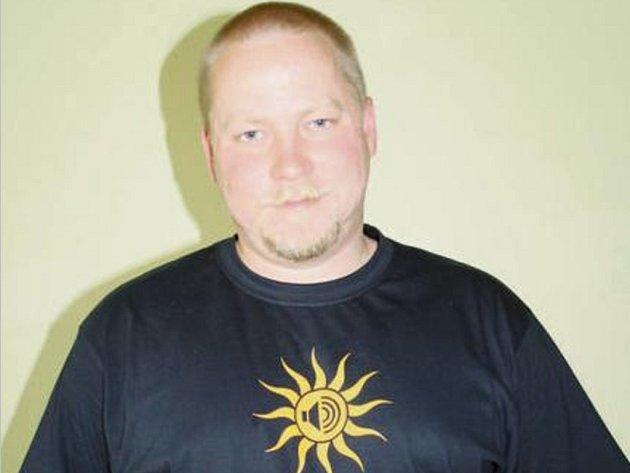 MATOUŠ HORÁČEK v tričku, které upozorňuje na letošní ročník festivalu a jeho hlavní hvězdy.