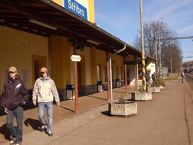Cestující na trati mezi Kozolupy a Stříbrem přepravují až do června náhradní autobusy. S optimalizací trati se budou muset vyrovnat i studenti Tomáš Kuti a Václav Oberajtr (na snímku).