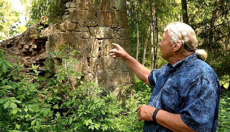 Josef Rídl ukazuje ruiny bývalé pece na pálení cihel.