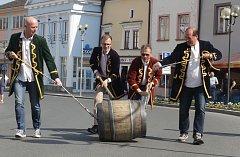 V Tachově byl vyhlášen poplach. Tedy pivní poplach a první v historii vůbec. Zval na slavnostní naražení pivního sudu, které se konalo poté, co do okresního města dorazili kuliči sudu. Dřevěný pivní sud kouleli ze Störnsteinu a z Tachova pokračovali do Pl