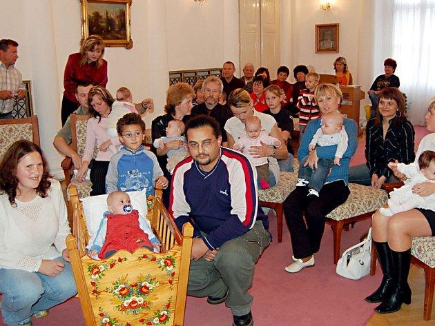 Slavnostní chvíle se konaly ve čtvrtek v obřadní síni Městského úřadu v Tachově. Uskutečnilo se zde totiž tradiční vítání nových občánků do života. Toho čtvrtečního se spolu se svými rodiči zúčastnilo deset dětí.