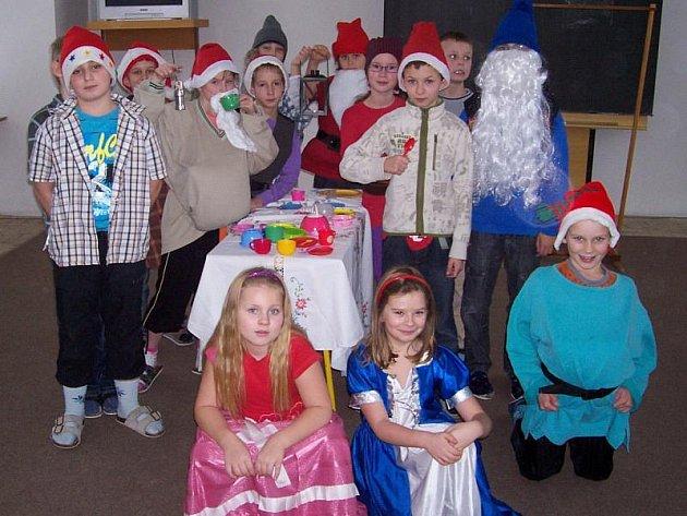 Děti ze 3.A ze Základní školy v Gagarinově ulici ve Stříbře se rozhodly, že k Vánocům zahrají nejmladším žáků školy pohádku.