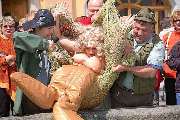 Mořská pana v kašně na náměstí.