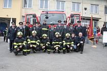Sbor dobrovolných hasičů ze Starého Sedliště si slavnostně převzal nové hasičské vozidlo.