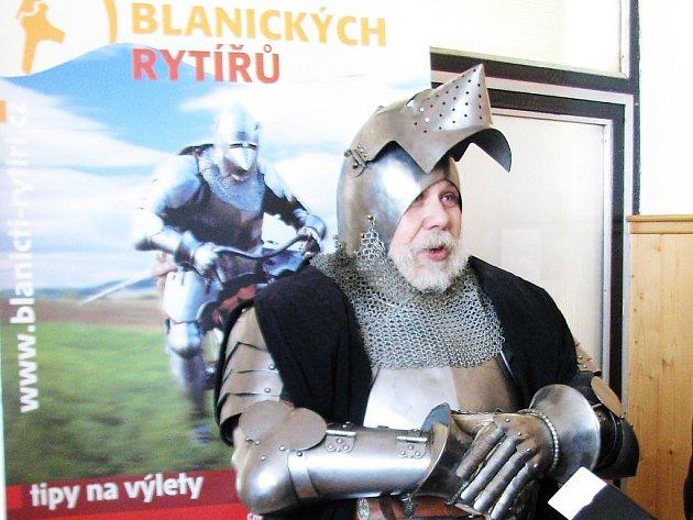 KRAJ BLANICKÝCH RYTÍŘŮ. Na konferenci dorazil také rytíř v plné zbroji a poutal pozornost přítomných.  Šlo o součást prezentace Geoparku Kraje blanických rytířů.