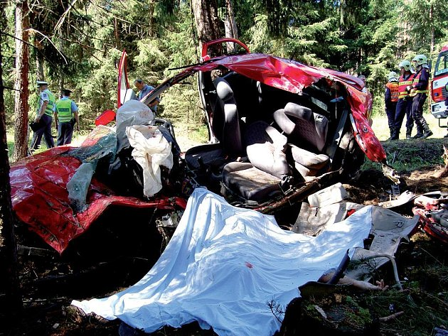 Při nehodě před černošínskými serpentinami zahynul jedenatřicetiletý muž ze Sokolovska. O síle nárazu hovoří vytržený motor i trosky, které se nacházely ve značné vzdálenosti od místa neštěstí.