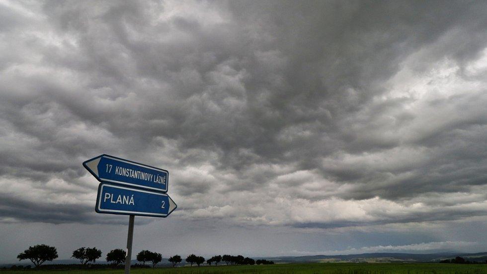 Bouřkové mraky nad Českým lesem a Slavkovským lesem. Záběry z Křížence na Tachovsku.