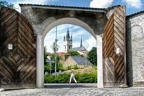 OTEVŘENÁ VRATA a novou dlažbu uvidí na první pohled zájemci, kteří se chtějí podívat do tachovského muzea nebo klášterní zahrady.