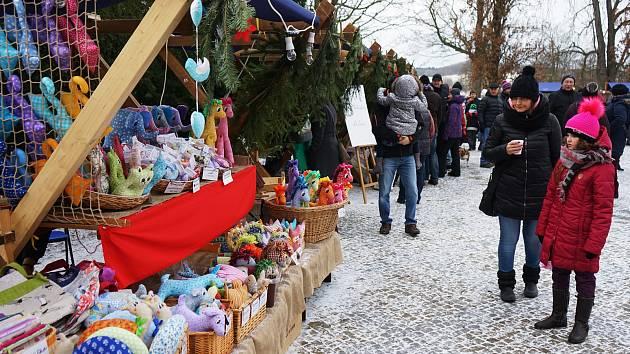 Na zámeckém nádvoří v Tachově se uskutečnil adventní jarmark.