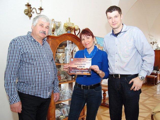 ŠEK NA 6000 KORUN  z benefiční výstavy Martiny Sihelské pro postižené předal starostovi Stříbra Karlu Lukešovi (vpravo) starosta Sulislavi Milan Strohschneider.