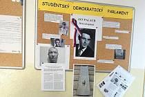 Studenti si připomněli oběť Jana Palacha nástěnkou ve vestibulu tachovského gymnázia.