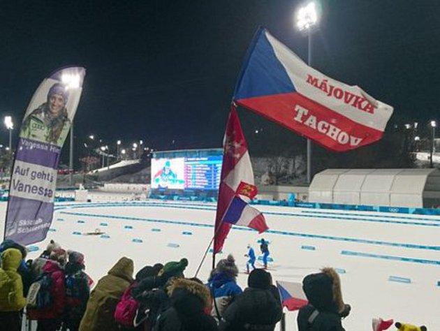 Skupina tachovských fanoušků v centru olympijského dění.
