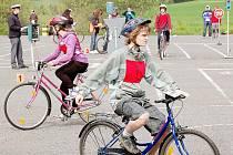 NEUDĚLAT CHYBU. Součástí soutěže byla mimo jiné i jízda zručnosti a jízda podle pravidel provozu na pozemní komunikaci.