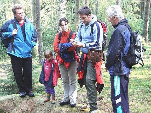 Průvodcem na houbařské vycházce byl mykolog Luboš Zelený (uprostřed).