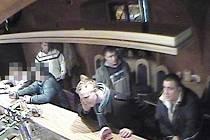 Policie pátrá po čtveřici mužů (na snímku z bezpečnostní kamery).