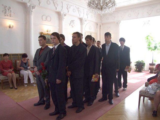 STUDENTI ZE Světců složili zkoušku dospělosti a přišli si pro výuční listy na zámek.