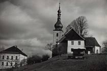 Okolí kostela na snímku z roku 1967