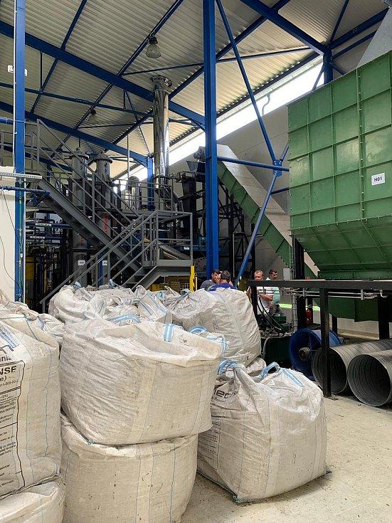 Certifikované pelety z tříděného plastu určené pro další zpracování v depolymerizační lince.
