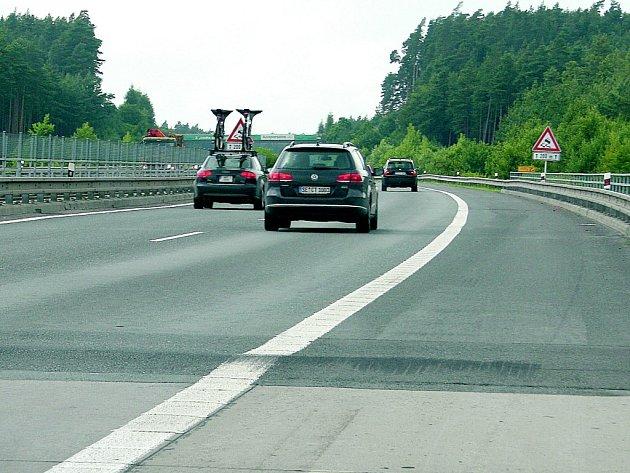 Dálniční hrb dělá řidičům vrásky. Vozovka je v místě zvednutá zhruba o deset centimetrů. Například návěs kamionu se při průjezdu úsekem pořádně rozvlní