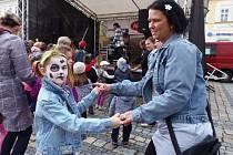 Rodiče tančili s dětmi na náměstí