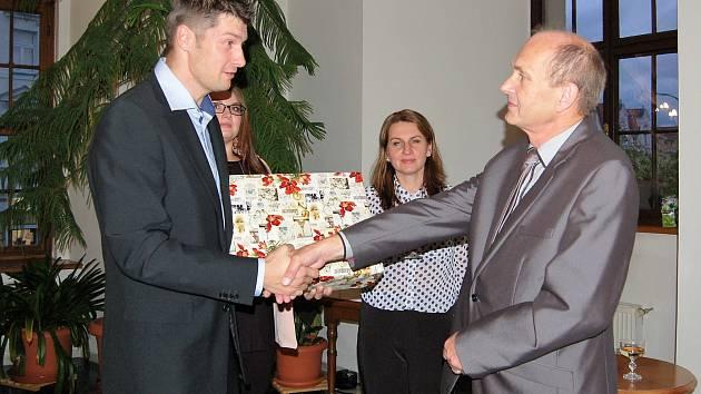 V obřadní síni Městského úřadu ve Stříbře se sešli hosté, aby společně s Františkem Kratochvílem pokřtili jeho knihu básní.