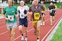 Na start tradičního závodu Stříbrská hodinovka se ve čtvrtek večer postavila dvacítka běžců.