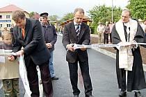 Vstup do terminálu slavnostně otevřeli zástupce dodavatelské firmy Strabag Martin Liška, starosta obce Karel Týzl a páter Marian Pavel Slunečko (zleva)