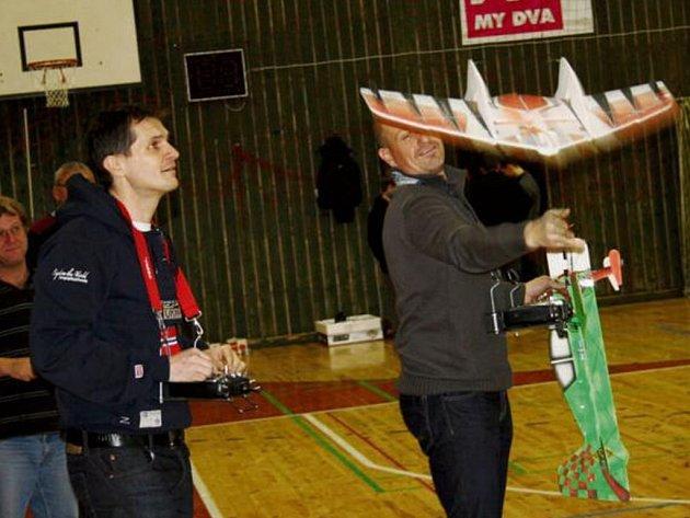 Letečtí modeláři opět předváděli své umění ve sportovní hale